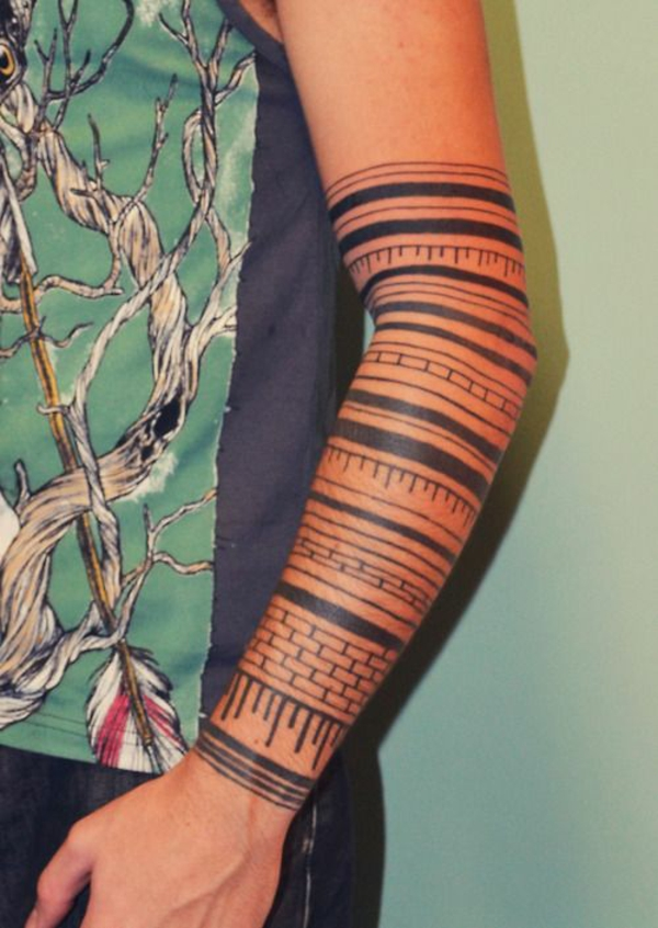 oberarm tattoo tribal blumen streifen