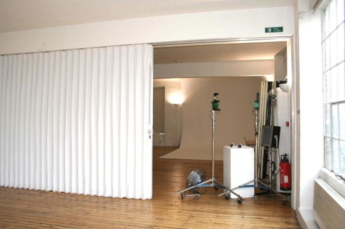raumteiler vorhang raumteiler regal weisse deko wand übungsraum