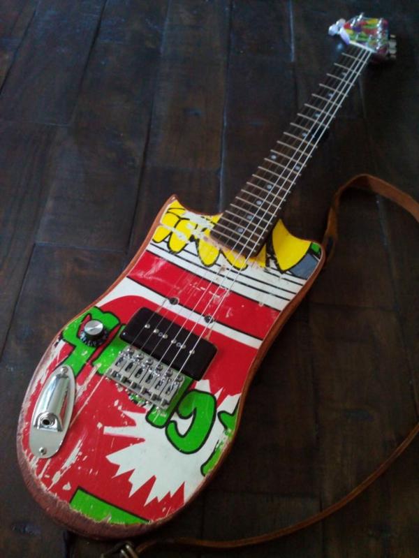 recycling art gitarre bunt skategitarre