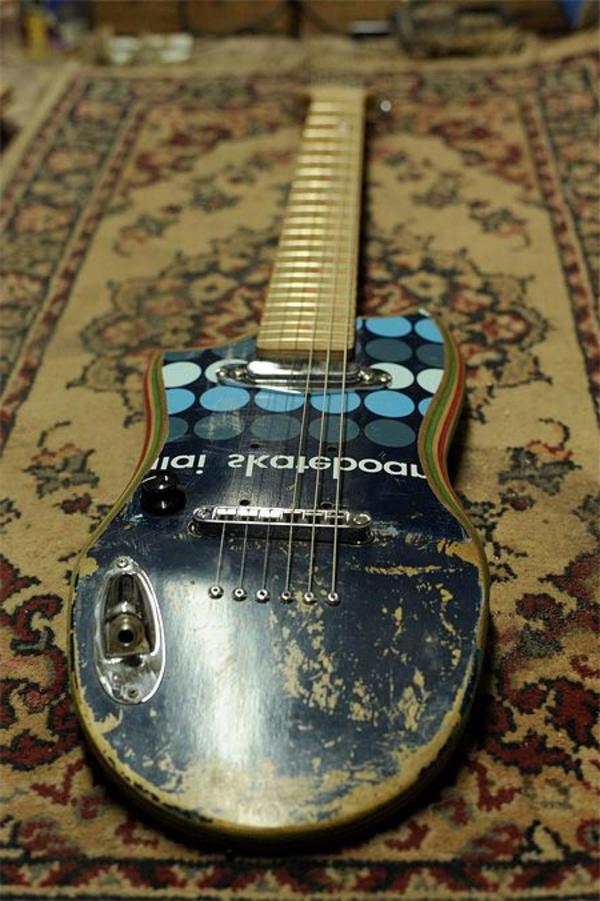 recycling art gitarre dunkleblau skateboard