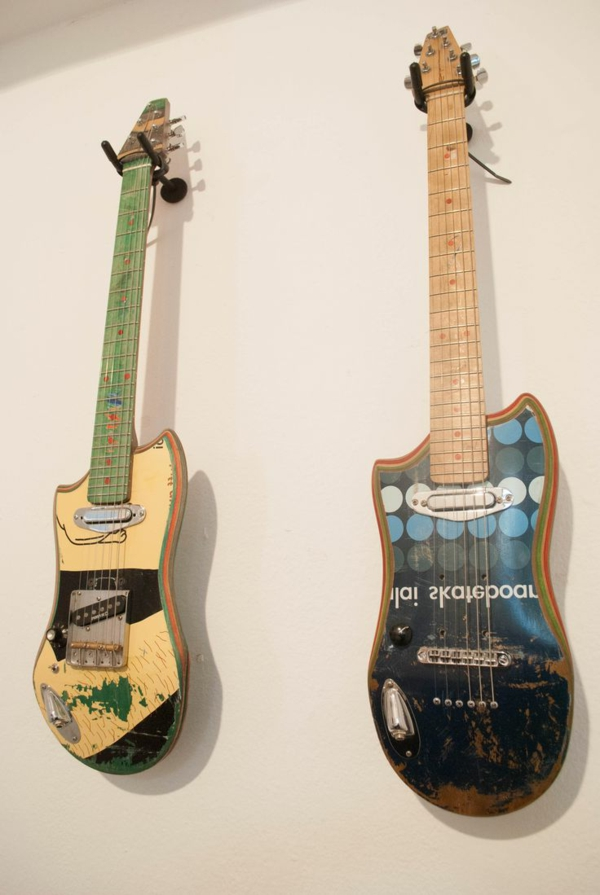 recycling art gitarre wand skateboard
