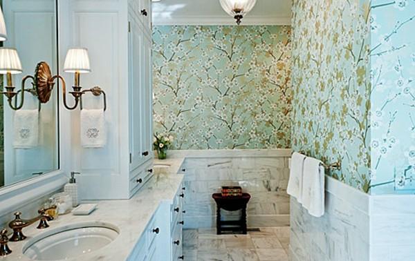 schöne tapeten badezimmer blau waschbecken wandlampen