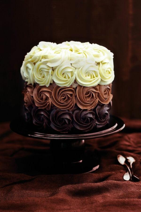 schokoladenkuchen drei farben rosen sahne