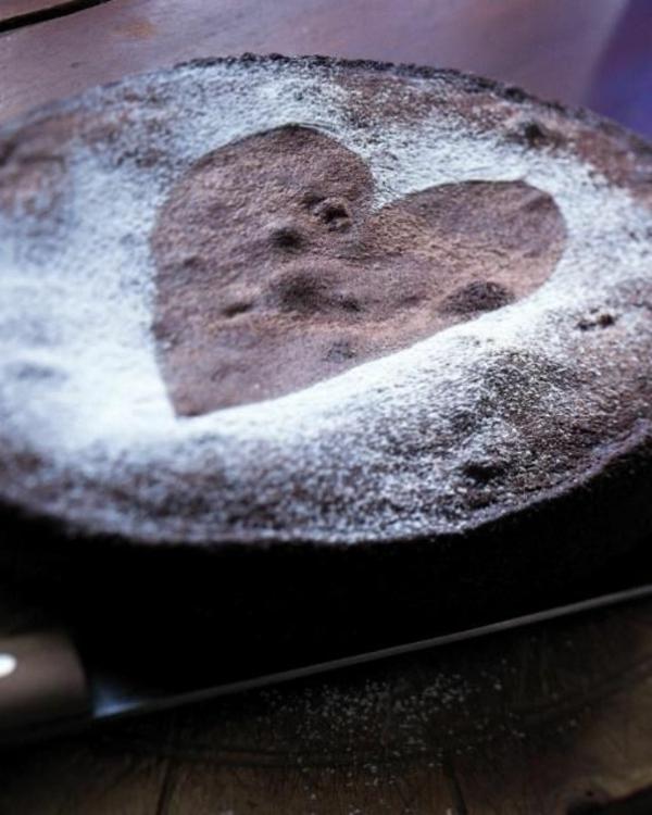 schokoladenkuchen herz puderzucker