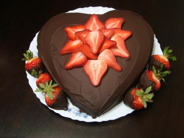 schokoladen kuchen herzform erdbeeren frisch