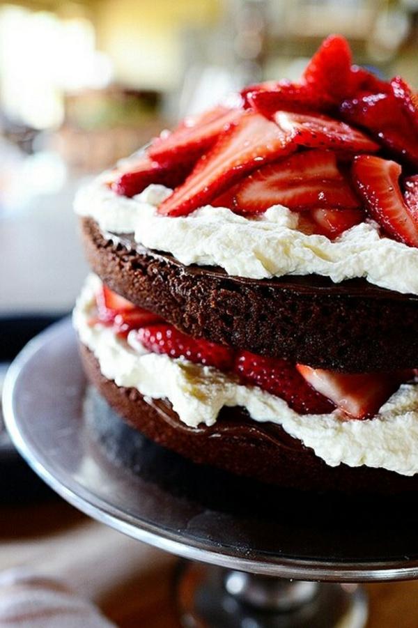 schokoladen kuchen sahne erdbeeren
