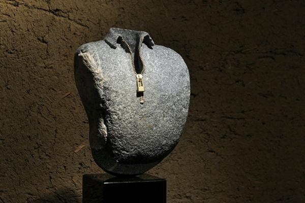 steinskulpturen bluse reißverschluss