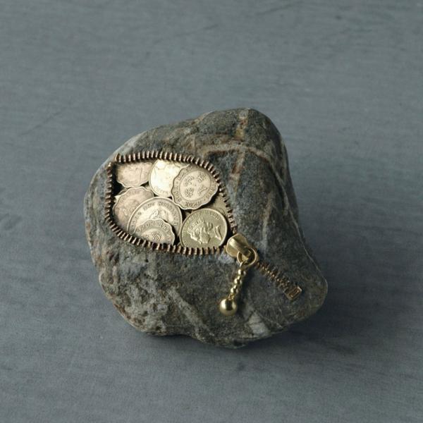 stein skulpturen geldbeutel münzen