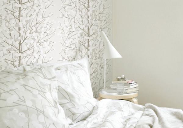 tapetenmuster schlafzimmer weiß bett tischlampe