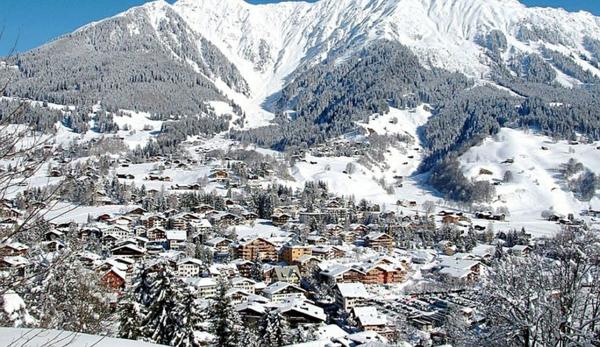 urlaub ferienwohnungen schweizer alpen dorf gebirge