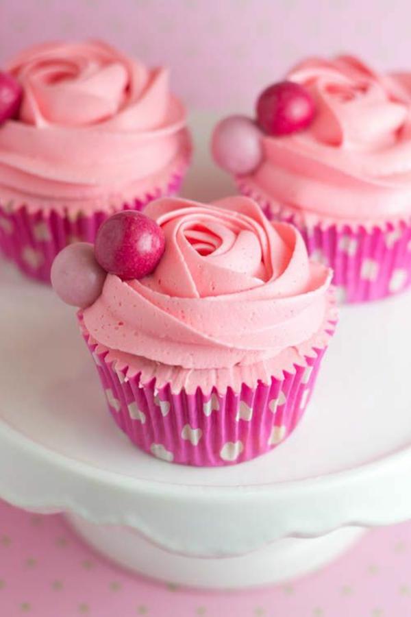 Valentinstagstorte cupcake rosa rosen zuckerkugel