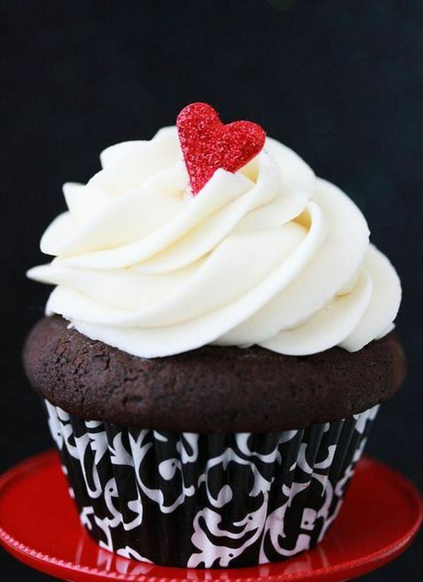 Valentinstagstorte cupcake sahne rotes herz