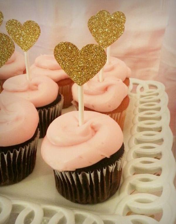 Valentinstagstorte cupcakes rosa goldene herzen
