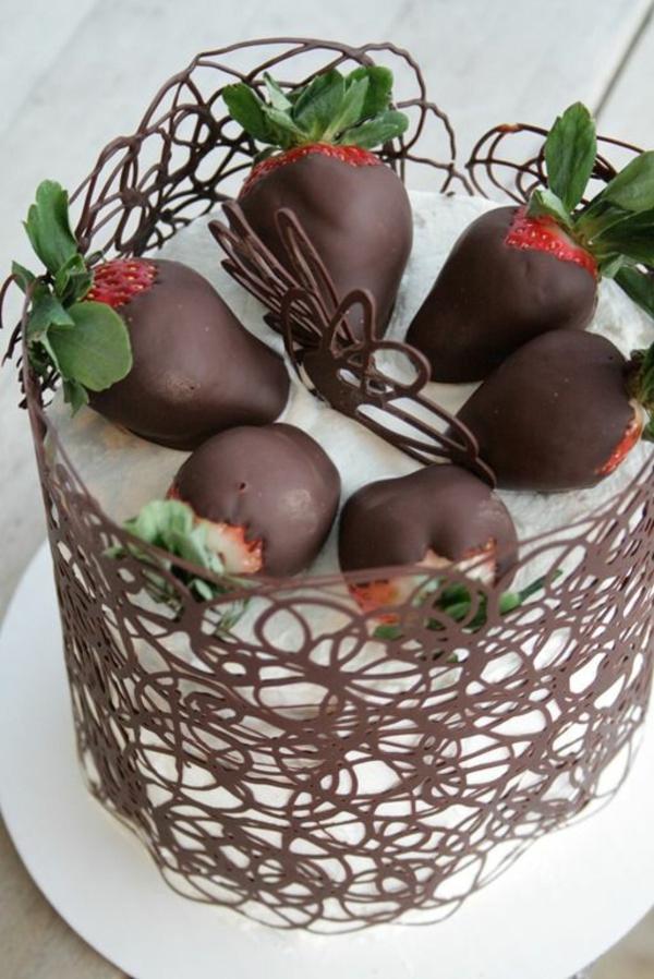 Valentinstagstorte erdbeeren schokolade spitze