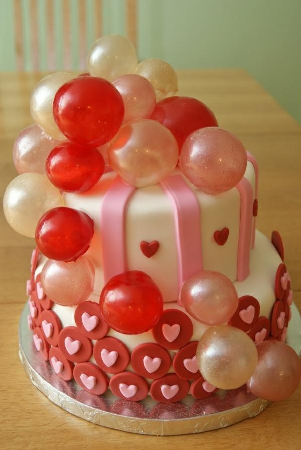 valentinstag torte rosa herzen bunte kugeln
