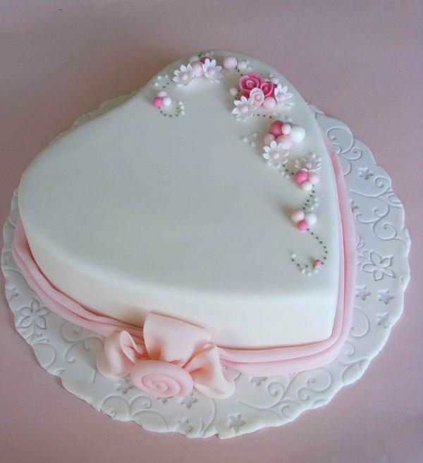 valentinstag torte weiße glasur blumen