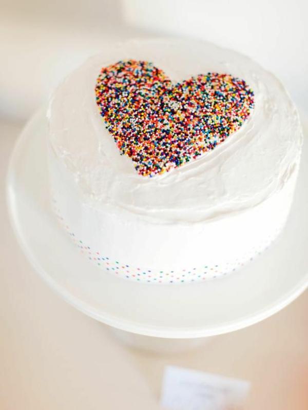 valentinstag torte weiße glasur zuckerstreusel