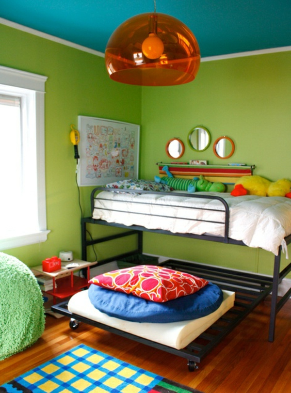 wandfarbe türkis decke grüne wände orange hängelampe