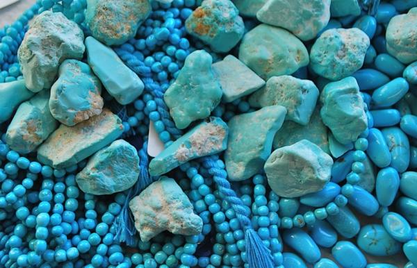 wandfarbe türkis edelstein ketten steine