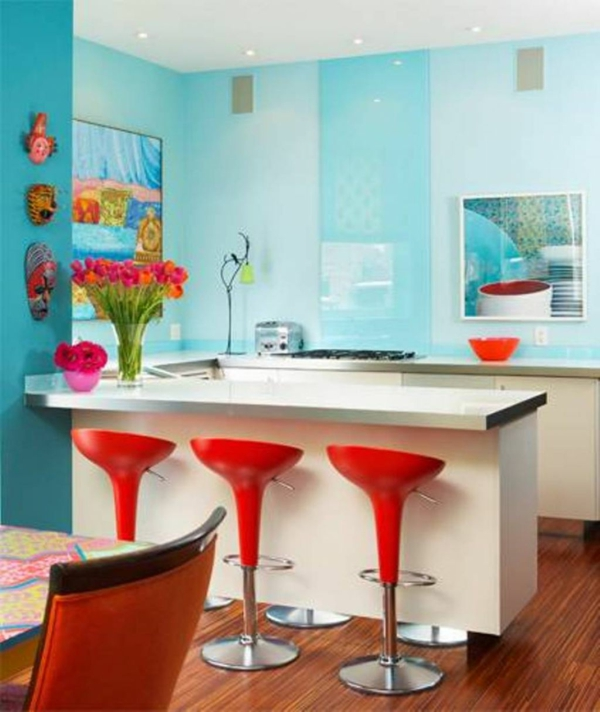 wandfarbe türkis küchentheke rote barstühle