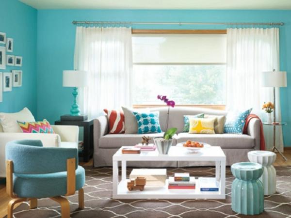 wand farbe türkis wohnzimmerweiße gardinen