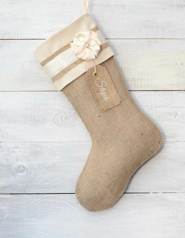 weihnachtsbasteleien nikolausstiefel nähen rustikal hanfgewebe deko blume