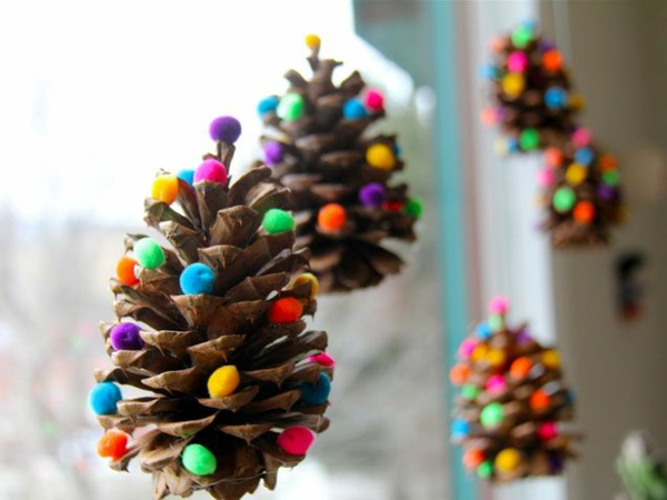 weihnachtsbaumschmuck basteln tanenzapfen färben filzkugeln