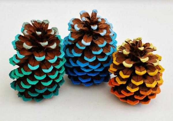 weihnachtsbaumschmuck basteln tanenzapfen färben