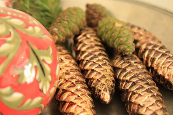 weihnachtsdekoration goldglänzende zapfen lang