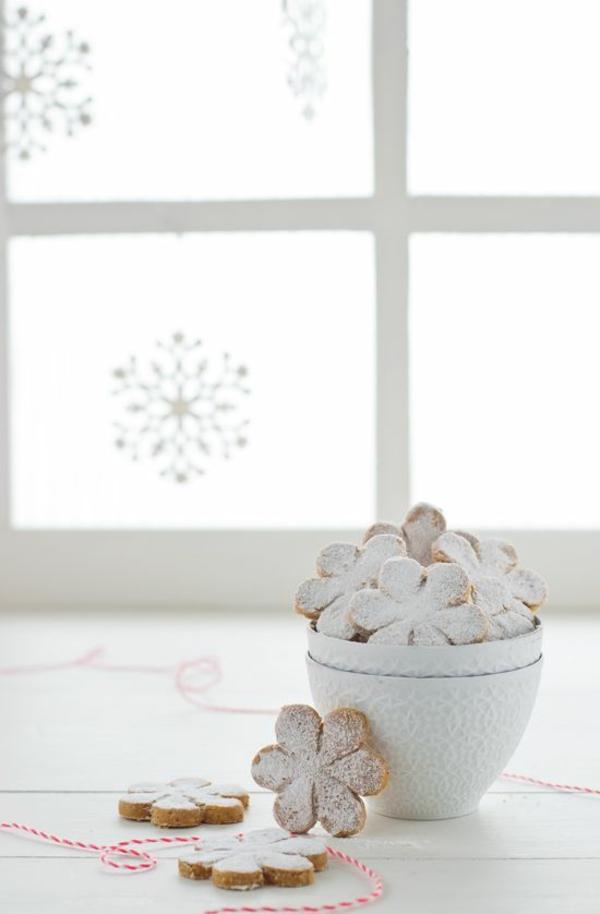 weihnachtsplätzchen einfach arangieren blumen mit puderzucker