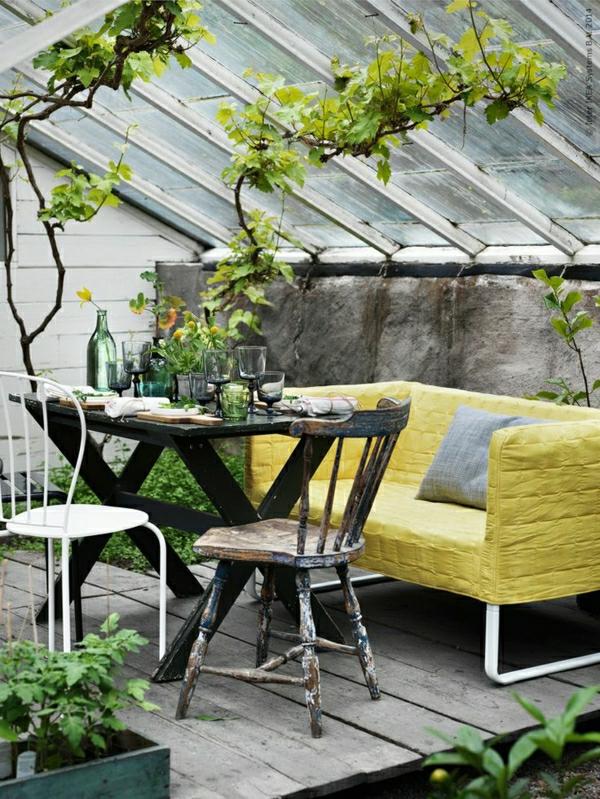 wintergarten terrasse einrichten terrassenüberdachung glas sofa holzmöbel