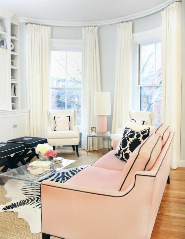 zebrafell teppich verlegen schwarz weiß muster wohnzimmermöbel