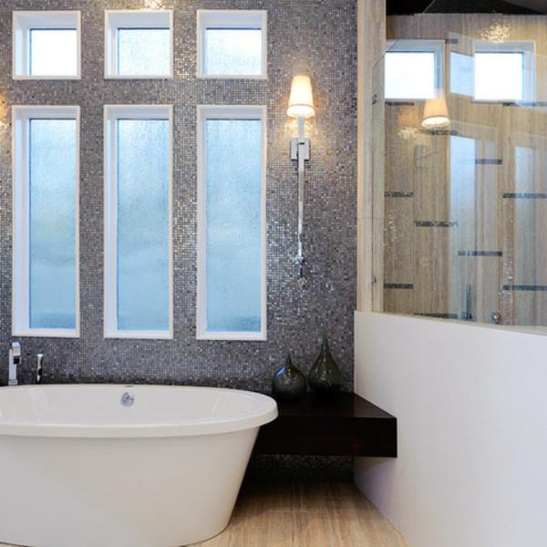 Badezimmer Fliesen Mit Metalloptik Badgestaltung Mosaik Fenster