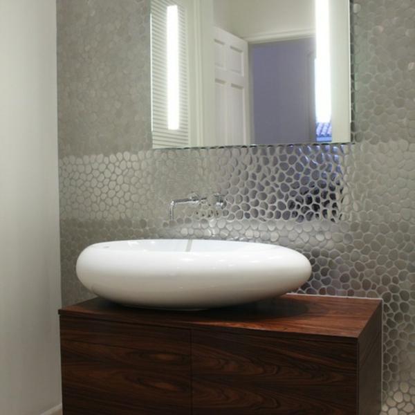 Ovales Waschbecken als Akzent vor dem Fliesenspiegel