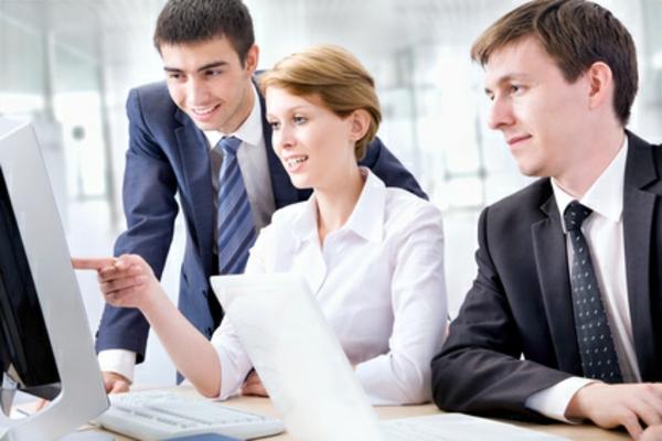 beschäftigt personen kollegen brainstorming ideen online regeln