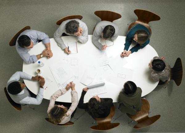 kollegen brainstorming ideen arbeiten denken