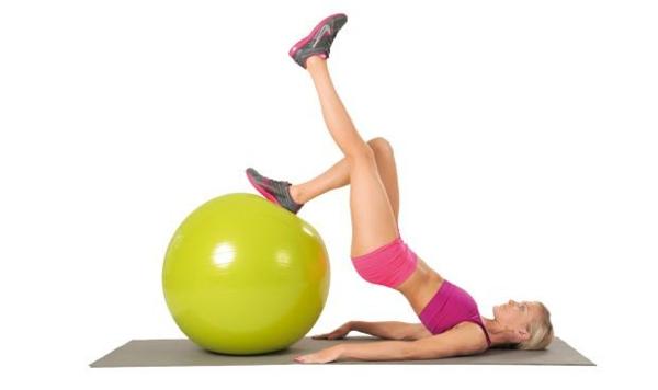 Gymnastikball Übungen zu hause trainieren