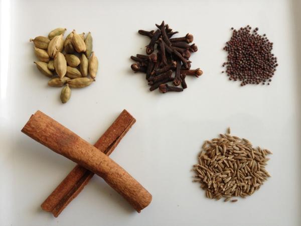 Indisch kochen indische gewürze nelken zimt kardamom safran koriander
