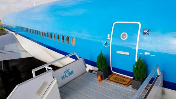 KLM geländer FLugzeug übernachten einladend