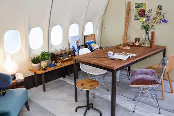 KLM FLugzeug übernachten esstisch