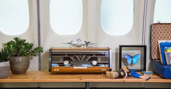 KLM FLugzeug übernachten fenster regale