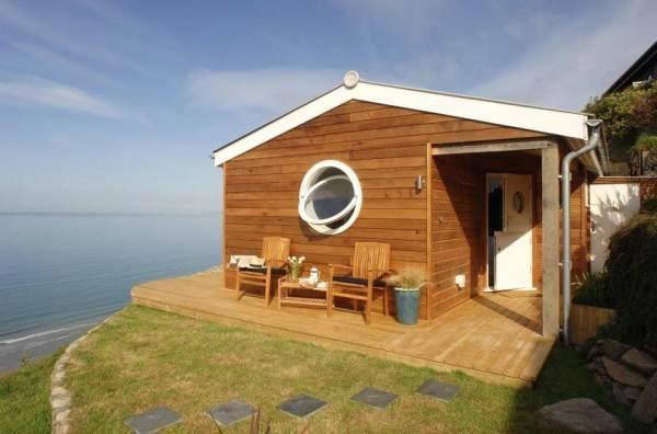 Kleines Holzhaus An Der Meereskuste