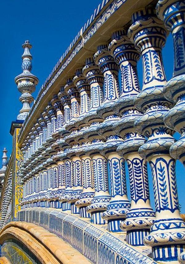 Urlaub-Südspanien Sevilla brücke geländer weiß blau ornamente