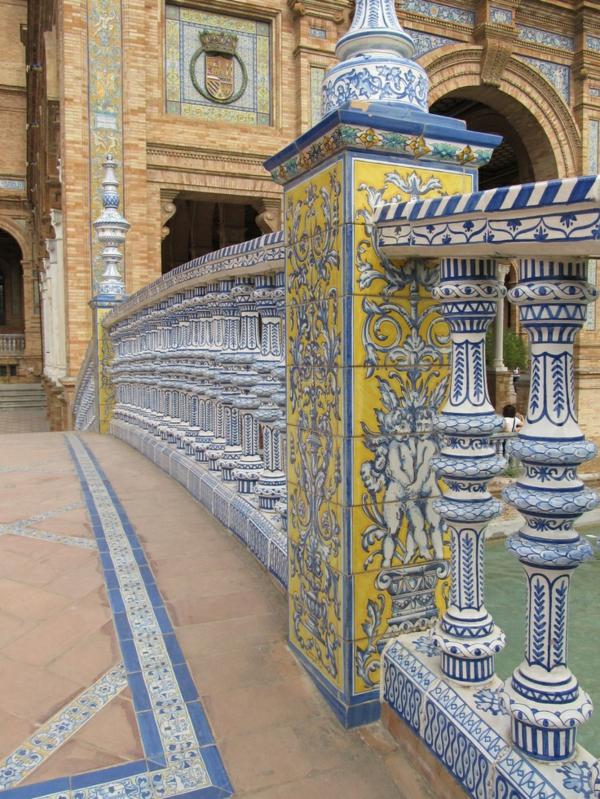 Urlaub Südspanien Sevilla weiß blau gelb ornamente