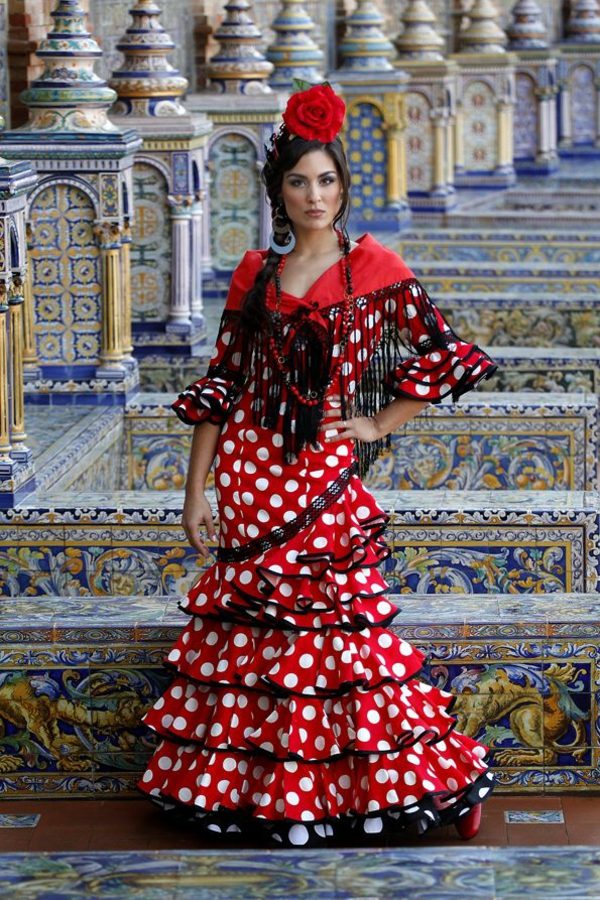 Urlaub-Südspanien-flamenco-tänzerin-tradition-kleid