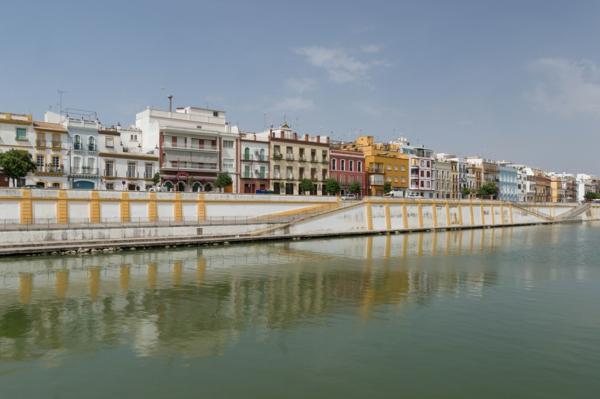 Urlaub Südspanien sevilla küste meer farbige gebäude