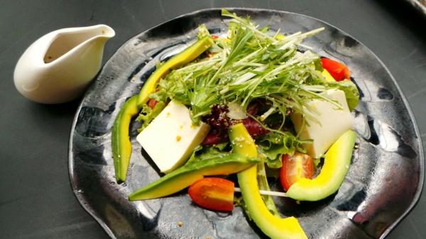 abnehmen mit genuss salat tomaten avocado
