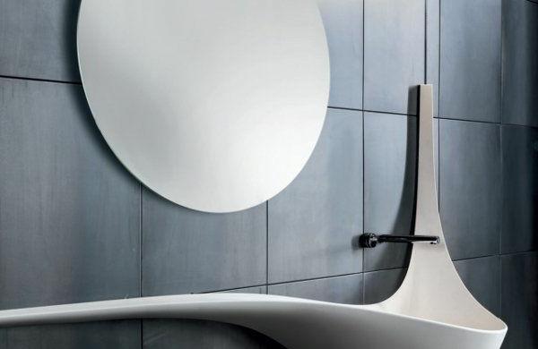 ausgelassenes-waschbecken-runder-badspiegel-badfliesen-dunkelgrau