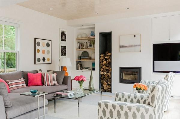 brennholz lagern nische kamin graues sofa