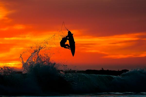 chris burkard fotografie surfer sonnenuntergang wasser